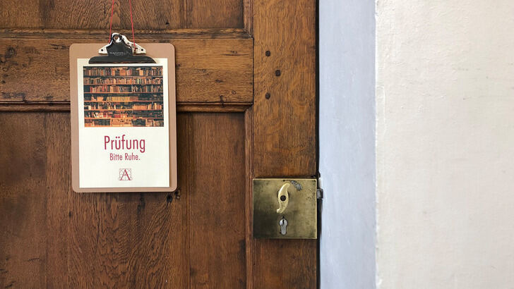 Sign at the library door saying: Prüfung, Bitte Ruhe.